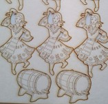 182/1957/Елементи от бирен картон и дърво-Лазерно изрязани фолклорни фигури от бирен картон -Момиче с буре бирен картон сет