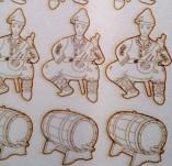 182/1958/Елементи от бирен картон и дърво-Лазерно изрязани фолклорни фигури от бирен картон -Момче с буре бирен картон сет