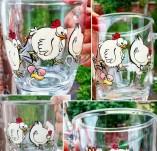 191/2274/Рисувани и облечени чаши-Ръчно рисувани стъклени и порцеланови чаши-Весела ръчно рисувана чаша с кокошчици